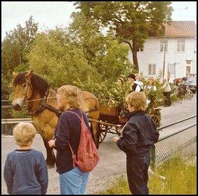 Gerhard på Nygård med häst och skrinda på bron vid övre slussen i samband med midsommarfirandet 1981.