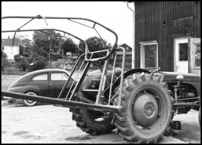 Traktor och bil utanför Mobergs bilberkstad.