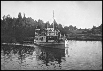 Passagerarbåten TÄRNAN ankommer till hamnen vid Töcksfors Bruk,