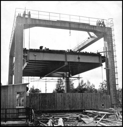 Byggnation av nya landsvägen ( nuvarande E18 ) och lyftbron över kanalen i Töcksfors på 1950-talet. Genom att vägbanan gick att lyfta kunde höga båtar passera i kanalen. Senare under 1900-talet revs brotornet och bron gjordes om till en fast bro, vilket innebar begränsningar i båttrafiken på kanalen.
