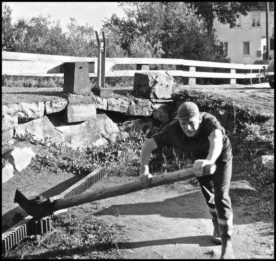 Från tiden då slussportarna öppnades och stängdes manuellt. På bilden öppnar Eric Sjöstedt en av portarna vid övre slussen.
