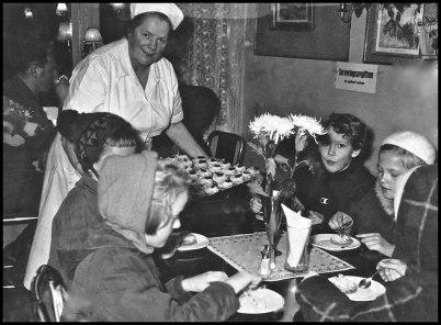 Clara serverar bakelser till unga gäster på Claras café.
