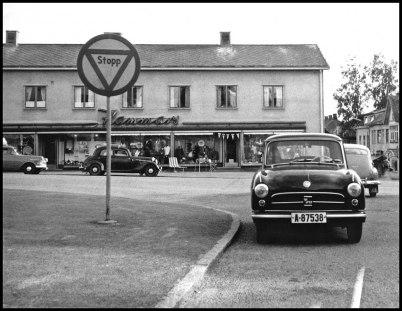 Årjängs centrum med högerkörande norsk bil ( Sverige hade vänstertrafik ).