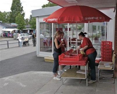 6 juli 2012 - Jordgubbsförsäljning utanför Konsum