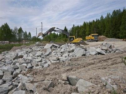 28 maj 2012 - sprängsten från bygget vid shoppingcentret användes som fyllnadsmaterial på gamla skidstadion.
