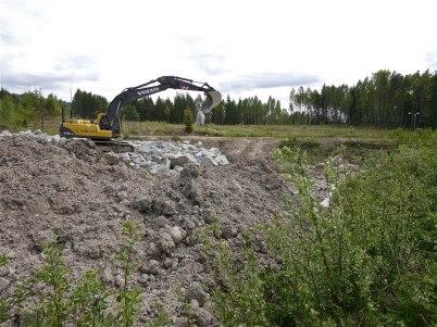 28 maj 2012 - dammen på gamla skidstadion fylldes med sprängsten och jordmassor från bygget vid shoppingcentret.