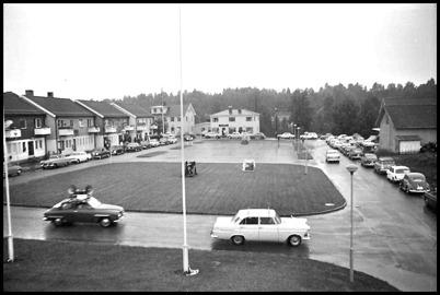 Torget i Töcksfors 1968. Vid invigningen av båttävlingen vandrade en stor blåsorkester från torget till Sandviken.