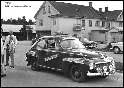 John Abelssons bil med reklam för båtloppet. I bakgrunden syns Oves Livs.