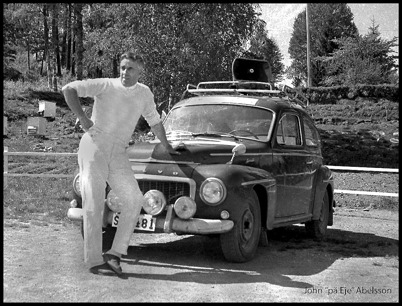 John Abelsson framför sin bil, som var försedd med högtalare på taket och reklamtext.