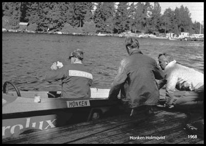 Tävlingsförarna gör båtarna iordning.