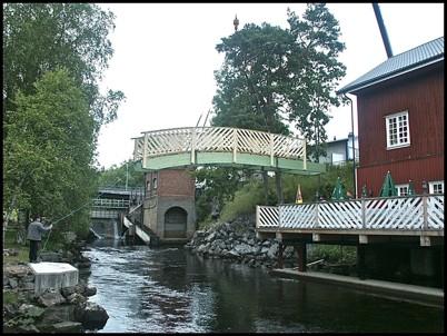 9 juli 2004 Gångbron vid Café Kvarnen lyftes på plats.