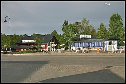 2004 Centrumkiosken i Töcksfors med uteservering.