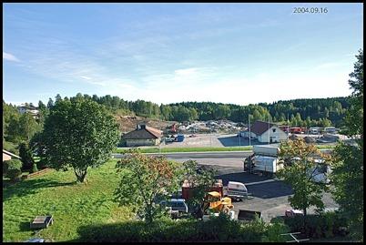 16 september 2004 Värdshuset och OKQ8 macken med bygget av shoppingcentret i bakgrunden.