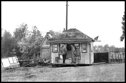 John Sanamons kiosk på 1950-talet. I bakgrunden syns gamla kraftstationen. Bildkopia från Sverre Sanamon.