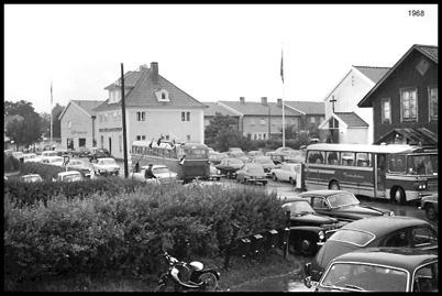 Trångt i Töcksfors centrum 1968 i samband med någon särskild händelse i Missionskyrkan.