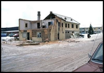 Byggnaden där Handelsbolaget och Owes Livs fanns revs 1978, när nya ICA Svenohallen i bakgrunden stod klar att tas i bruk.