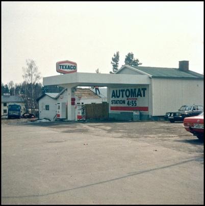 Texaco bensinstation och bilverkstad vid Töcksfors gamla centrum rivs för att ge plats för Kötthallen.