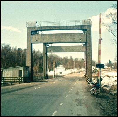 E18 med den höjbara bron över kanalen. Tornet på bron revs senare när den kommersiella båttrafiken på kanalen upphörde.
