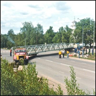 Gång- och cykelbron över E18 vid Församlingshemmet har anlänt och skall lyftas  på plats.