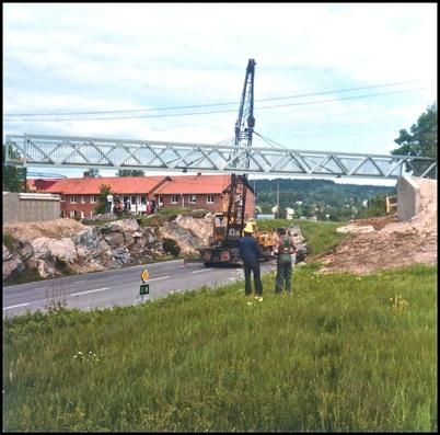 Gång- och cykelbron över E18 vid Församlingshemmet är snart på plats.