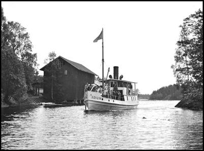 Ångbåten IDUN anländer till hamnen vid Töcksfors Bruk i slutet av 1930-talet.