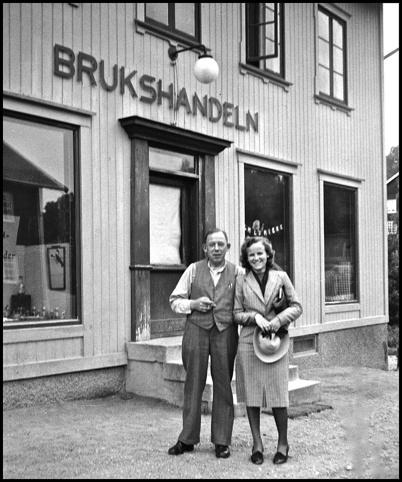 Köpman Carl Olsson och Svea Wennbom ( senare Svea Brander ) utanför Brukshandeln vid Bruket i början av 1940-talet.