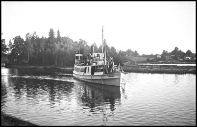 Ångbåten TÄRNAN anländer till hamnen vid Töcksfors Bruk i slutet av 1930-talet.