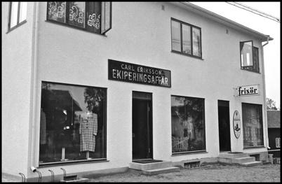 Carl Erikssons Ekiperingsaffär i ett av affärshusen i centrala Töcksfors.
