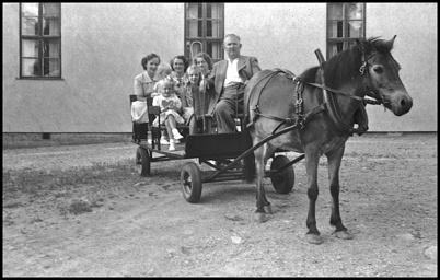Herbert Sahlin bjöd på skjuts med häst och kärra, här utanför Folkets Hus.