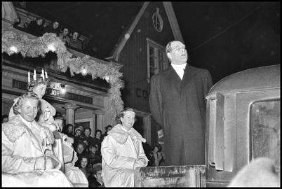 Kontraktsprosten Harald Ängqvist talade från lastbilsflaket utanför centrumhuset innan Lucia-kortegen avgick till kyrkan - slutet av 1950-talet.