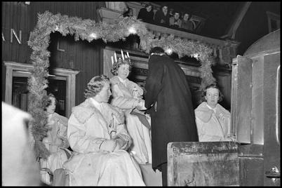 Kontraktsprosten Harald Ängqvist kröner årets Lucia utanför centrumhuset - slutet av 1950-talet.