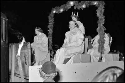 Årets Lucia med tärnor utan centrumhuset i Töcksfors i slutet av 1950-talet.