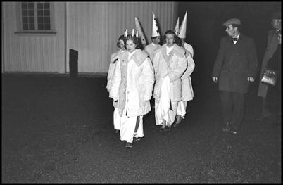 Töcksfors Lucia med tärnor anländer till Töcksmarks kyrka - slutet av 1950-talet.