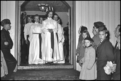Töcksfors Lucia med tärnor kommer ut från Töcksmarks kyrka efter Lucia-Gudstjänsten - slutet av 1950-talet.