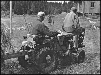 De strävsamma bröderna Karl och David var välkända i bygden. I bakgrunden syns systern Hulda.  Foto : Ulf Aronson