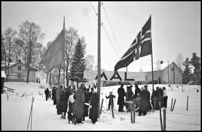 """Svensk-norsk skidtävling vid """" skidstadion """" på Skärmonsgärdet. I bakgrunden Höglunda och Folkets Hus."""