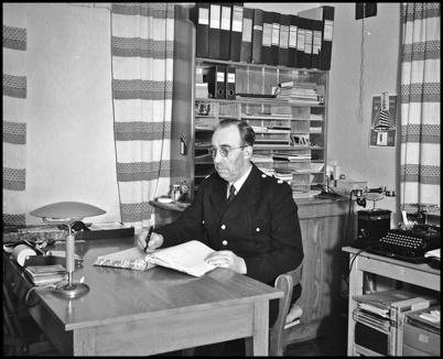 Polisman John Brander vid skrivbordet i polisstationen på Hytta - 1930- 1940-talet.