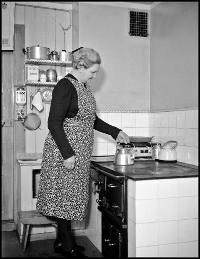 Husmor vid spisen på 1940-talet.
