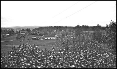 Utsikt från Skärmon mot Smegårn, verkstan och Brukshandeln - 1930- 1940-talet.