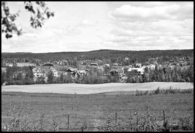Utsikt över Töcksfors från Högalid under 1940-talet. I förgrunden det som idag är Solängen.