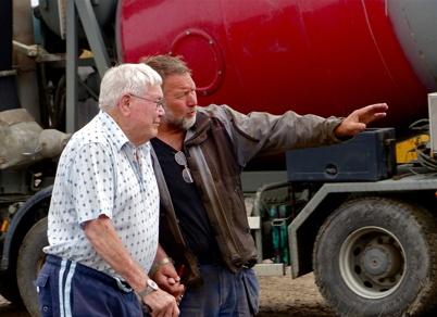 """16 juli 2013 Sigurd """" Sigge i Smia """" Danielsson besökte byggarbetsplatsen och sonen Gunnar visade hur arbetet fortskrider."""
