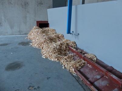 4 december 2013 - släden som trycker in träflisen till matningsskruvarna.