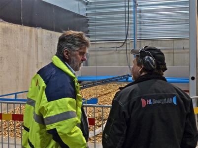 4 december 2013 - Håkan och Bjarne övervakar testet av flismataren.