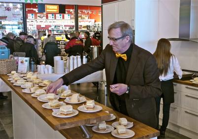 21 mars 2013 - Shoppingcentret och Maxi Mat bjöd på kaffe och tårta. Restaurangen Joe´s Diner stod för serveringen.