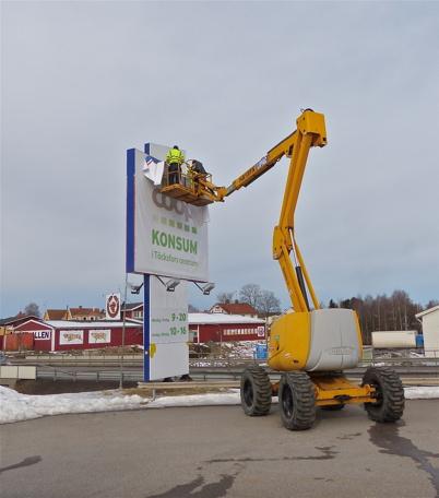 4 mars 2013 - Omskyltning inför öppningen av Maxi Mat 21/3 i nya delen av Töcksfors Shoppingcenter.