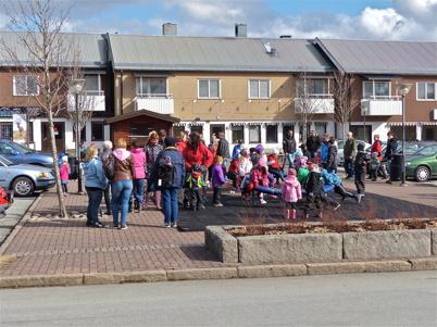 Barn, föräldrar och andra vuxna samlades på torget i Töcksfors för att åka med bussarna till demonstrationen i Årjäng.