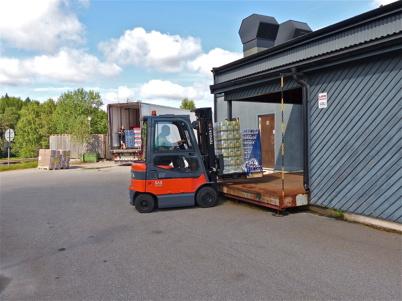 9 augusti 2013 - nu kommer lastbilarna i tät följd med varuleveranser.