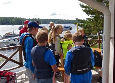 Samling vid båtklubbens servicebyggnad för genomgång.