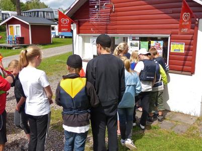 Först var det lunch och sen gratis glass till alla deltagare.