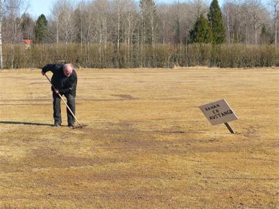 4 april 2013 - Fotbollsplanen görs i ordning efter vintern.